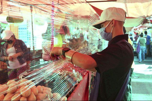 Une personne sur un marché de Mexico City le 8 août 2020