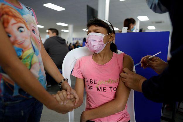 Une femme se fait vacciner au Salvador.