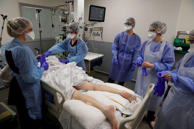 Patient au service de réanimation de l'hôpital de Cambrai, le 1er avril 2021.