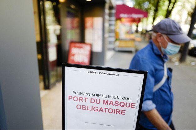 Illustration de la sortie d'un supermarché à Paris le 20 juillet 2020