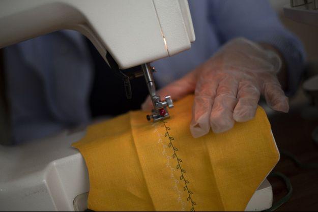 Une couturière fabrique un masque en Iran.