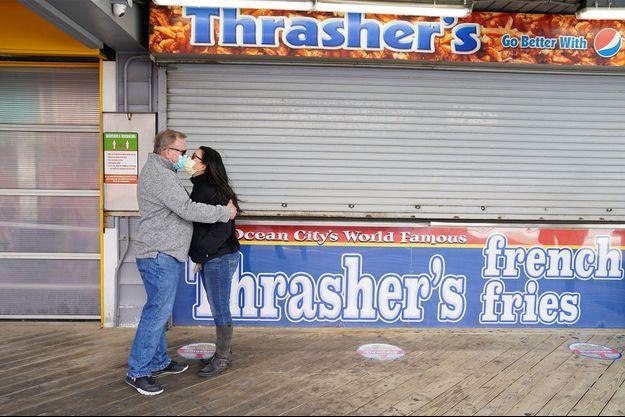 Un couple s'embrasse dans le Maryland.