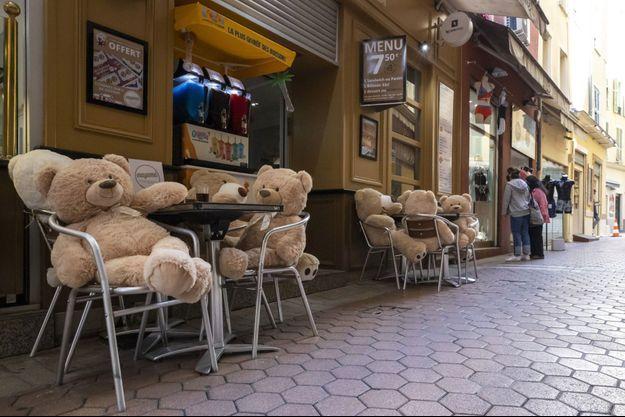 La terrasse d'un restaurant à Nice, pour l'instant ouverte que pour les ours en peluche.