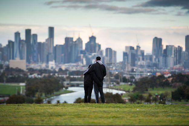 Deux personnes observent la ville de Melbourne.