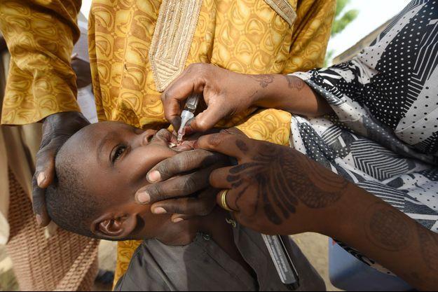Un enfant se fait vacciner contre la polio au Nigeria en avril 2017.