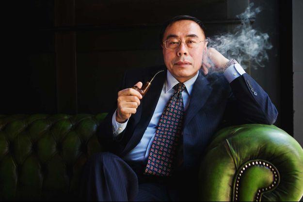 Hon Lik, inventeur de la cigarette électronique, vapote ici une pipe électronique.