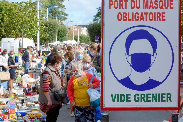 Des passants portant des masques, à Merville-Franceville-Plage, en Normandie.