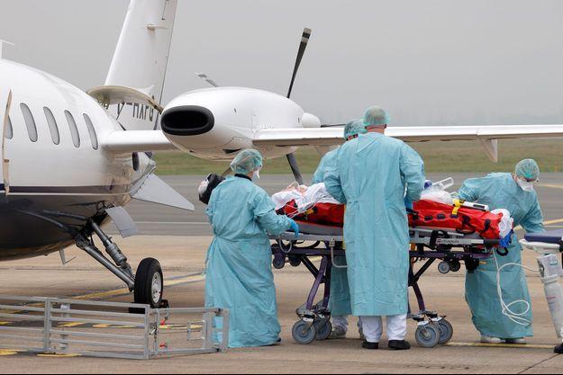 Transfert de patient entre Lille en France et Münster en Allemagne, le 10 novembre 2020.