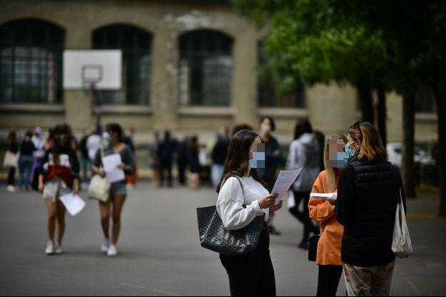 Des collégiens portent des masques dans un établissement parisien, le 7 juillet dernier, lors de la présentation des résultats du bac.