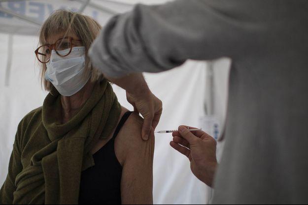 Une femme reçoit le vaccin Pfizer à Marseille.