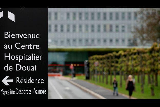 Devant le centre hospitalier de Douai, où un cas suspect a été détecté.