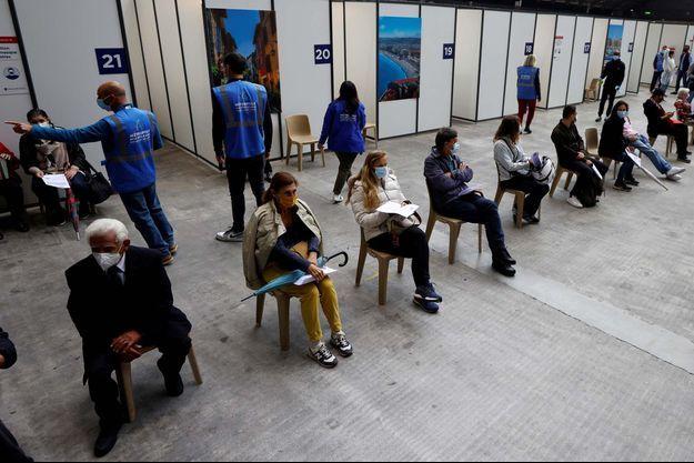 Des habitants de Nice attendent de se faire vacciner, le 29 avril.