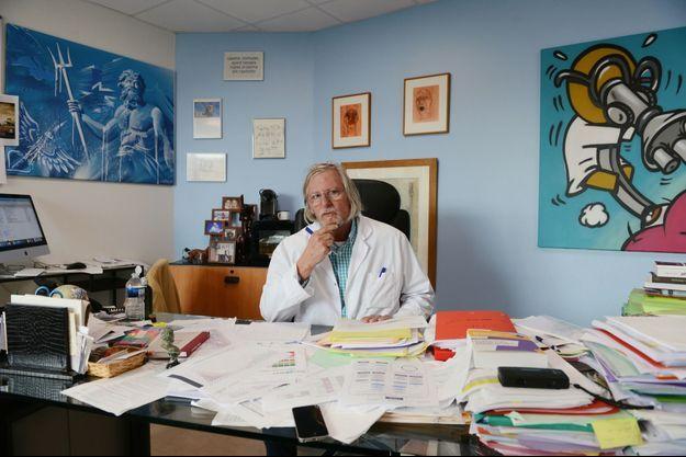 Dans son bureau de l'IHU, le 21 octobre. Son dernier essai côtoie ses graphiques sur l'évolution du Covid.