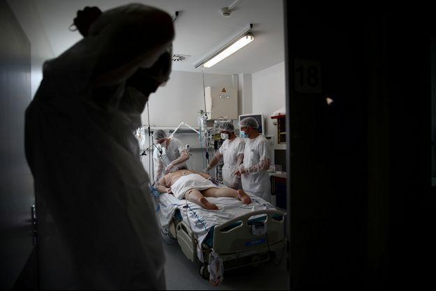 Un malade du coronavirus en réanimation à l'hôpital Robert Ballanger, d'Aulnay-sous-Bois.