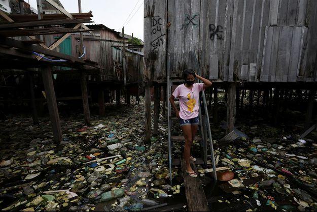 Une jeune fille devant chez elle à Manaus, au Brésil.