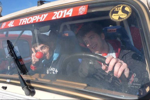 Alexandre Humeau, à gauche, et son pilote, prennent le départ du rallye aventure 4L Trophy, jeudi 13 février.