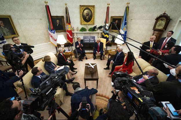 Donald Trump reçoit dans le bureau ovale le gouverneur du Texas, Greg Abbott, partisan d'un déconfinement rapide, jeudi à la Maison-Blanche.