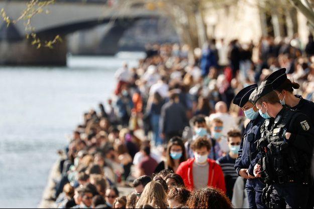 La police patrouille sur les bords de Seine bondés, le 28 mars 2021.