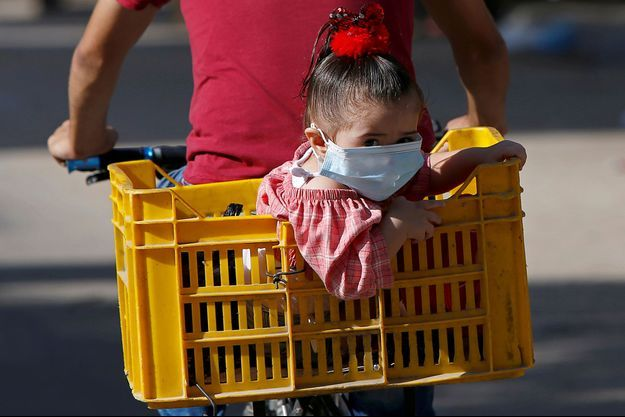 Une petite fille portant un masque, en Palestine.