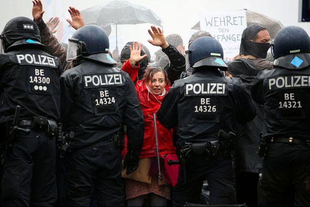 une manifestation d'opposants aux mesures restrictives imposées par la pandémie a été stoppée par la police dans le centre de Berlin.