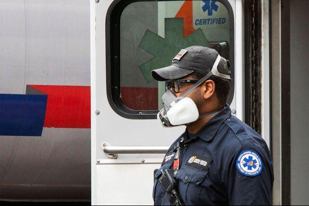 Un soignant arrive au centre hospitalier d'Elmhurst alors que l'épidémie de coronavirus (COVID-19) se poursuit dans le quartier de Queens à New York.