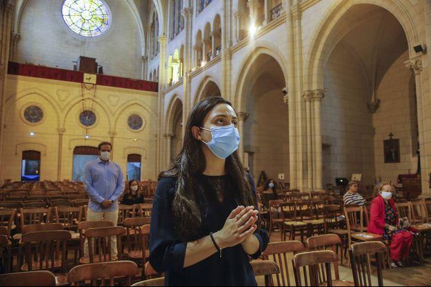Une fidèle prie à Notre-Dame de Paris.