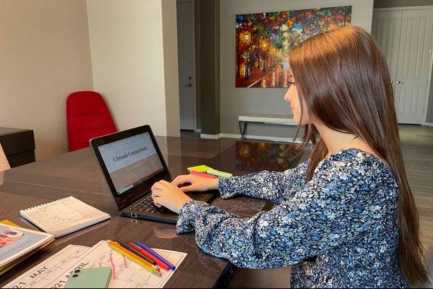 Malade du Covid long depuis 16 mois, Lydia a créé un site qui permet aux jeunes concernés de se connecter entre eux.