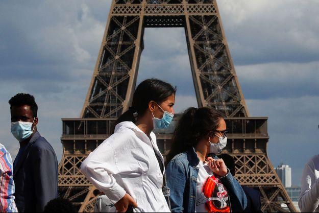 Des personnes portant des masques au Trocadéro, le 3 août.