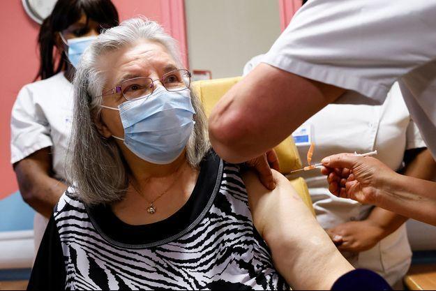 Mauricette M. 78 ans, patiente de l'Unité de soins de longue durée de l'hôpital René-Muret de Sevran, en Seine-Saint-Denis, première vaccinée contre la covid-19 en France.