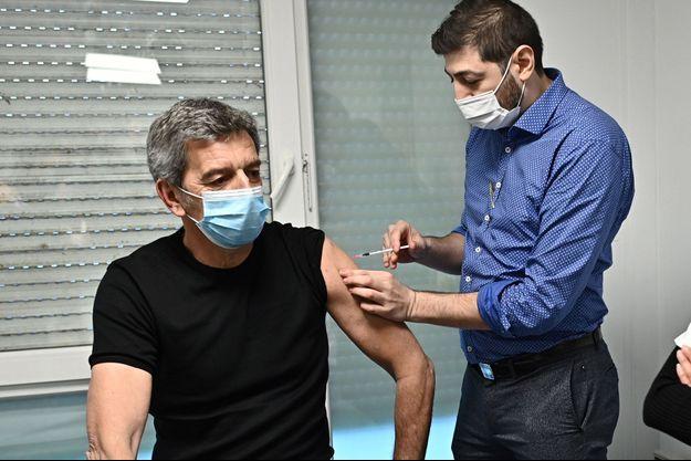 Michel Cymes se fait vacciner contre le Covid-19.