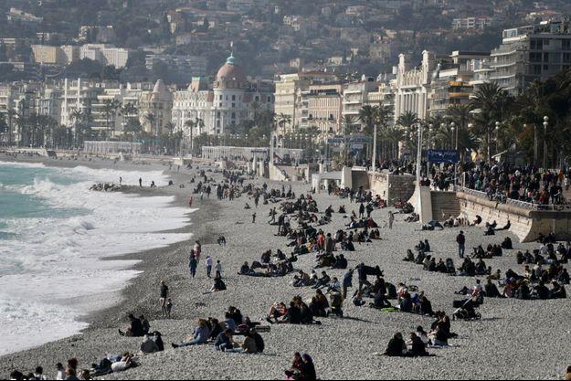 Des Niçois sur la plage.