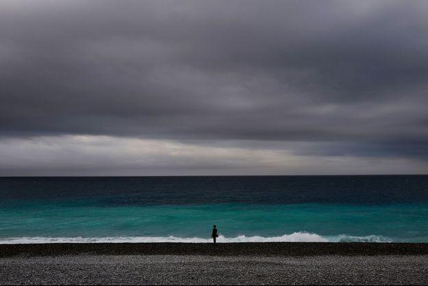 Une femme sur la plage à Nice, mercredi.