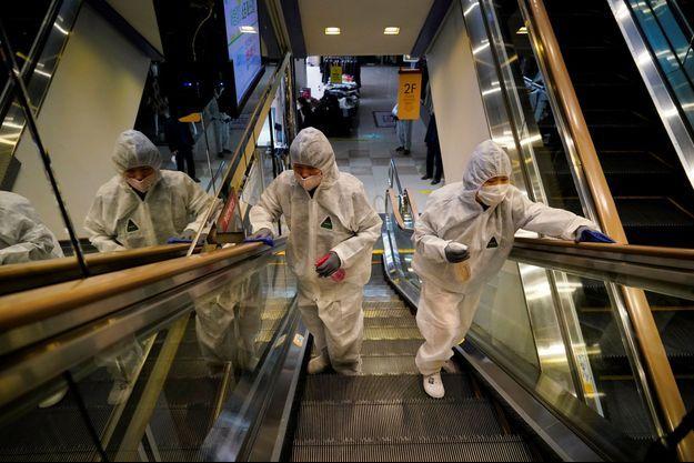 Deux employés d'une société de désinfection, à Séoul, en Corée du sud.