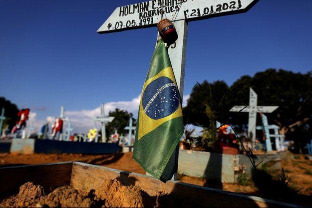 Un drapeau brésilien sur une tombe à Manaus, ville particulièrement endeuillée par la deuxième vague de covid-19.
