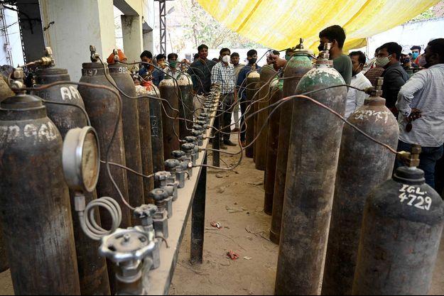 Des Indiens utilisent des bonbonnes d'oxygène destinées à l'industrie pour sauver les vies de leurs proches.