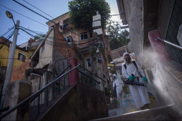 Désinfection dans une favela de Rio de Janeiro.