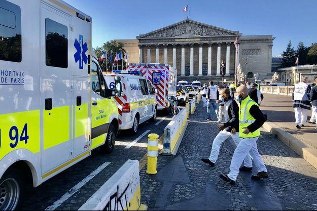 """Plusieurs soignants du Samu se sont rassemblés devant l'Assemblée nationale, mercredi matin, pour exprimer leur opposition au projet de """"numéro unique"""" (Police, Samu, pompiers)."""