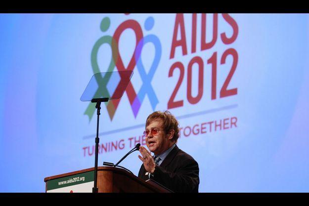 Elton John en plein discours lors de la conférence sur le sida