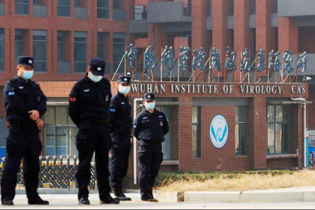 """Après un séjour de quatre semaines à Wuhan en début d'année, une étude conjointe d'experts de l'OMS et chinois avait jugé en mars """"extrêmement improbable"""" un accident de laboratoire."""