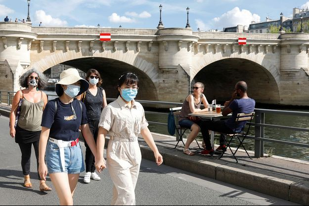 A Paris, le port du masque est obligatoire sur les berges de la scène.