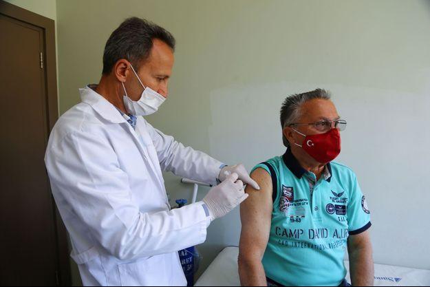 Vaccination d'un patient à Side, en Turquie, le 4 mars 2021.