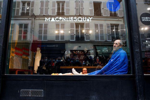 """Isabelle Cagnat et Etienne Coquereau jouent la pièce """"Les amnésiques n'ont rien vécu d'inoubliable"""" derrière une vitre, à Paris."""