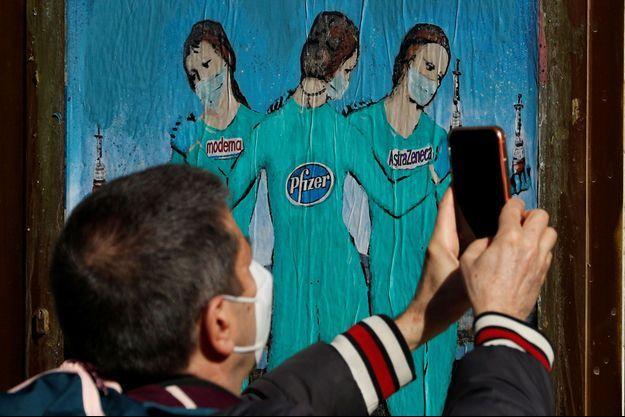 Une affiche en Espagne illustre les trois vaccins disponibles.