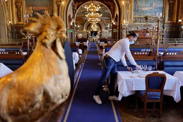 Le restaurant Le Train Bleu, Gare de Lyon à Paris, s'apprête à recevoir à nouveau des clients dans sa magnifique salle, à l'occasion de la deuxième phase du déconfinement, ce mercredi 9 juin 2021.