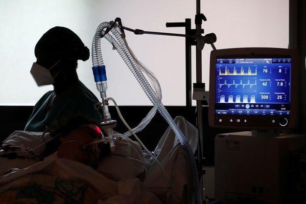 Un patient en soins intensifs au Centre Cardiologique du Nord, à Saint-Denis, le 4 mai 2021.