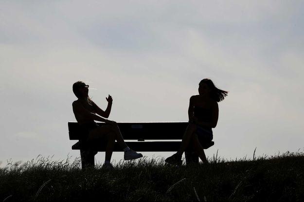 Deux personnes sur un banc en Ecosse, le 29 mai 2020.