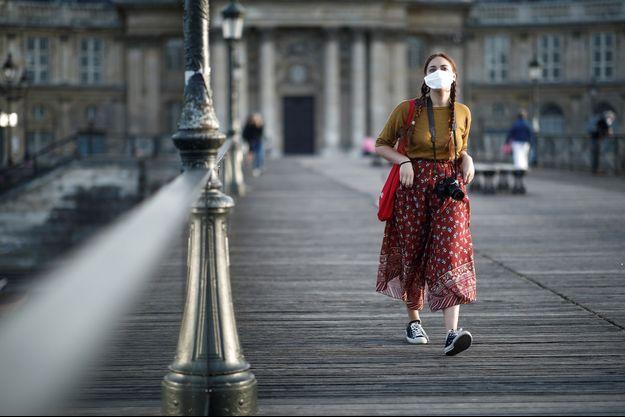 Une promeneuse sur le Pont-des-Arts à Paris.