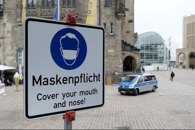 Signalisation rappelant le port du masque à Chemnitz, en Allemagne.