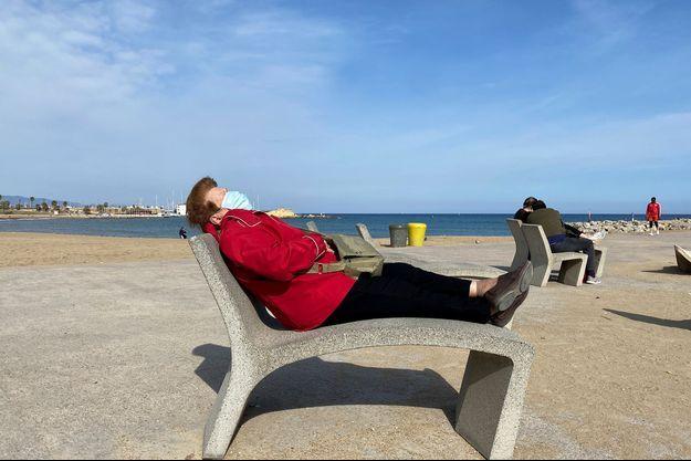 Une femme se repose à Barcelone, en Espagne.