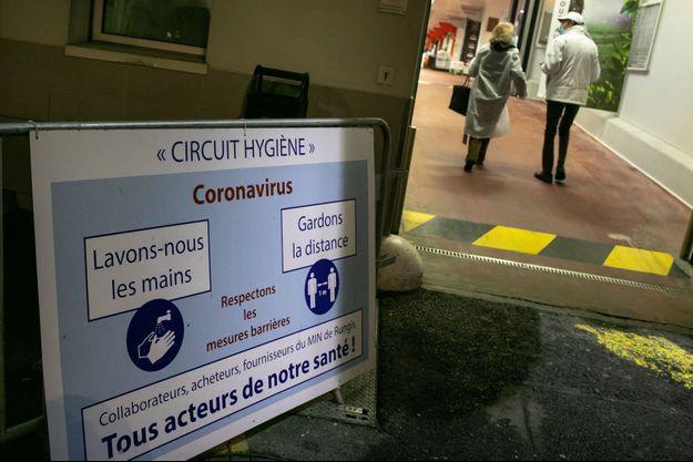 Une affiche de prévention contre le covid-19, au marché de Rungis (Val-de-Marne).